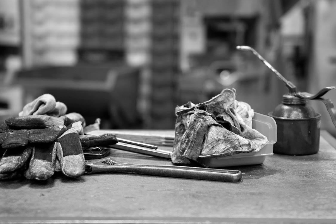 Hansker og verktøy på et bord. Bilde