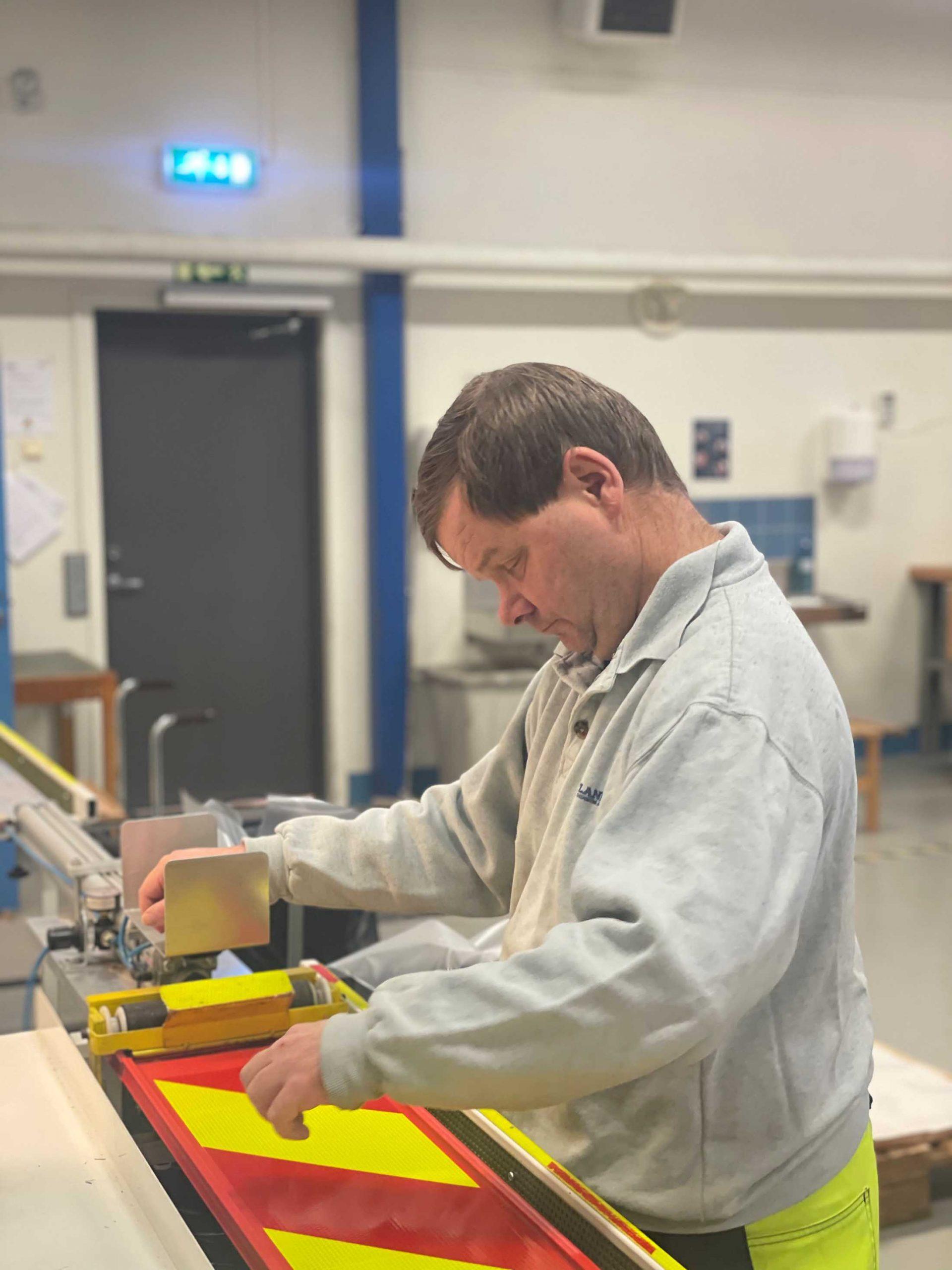 En mann som lager zebrafleks. Bilde